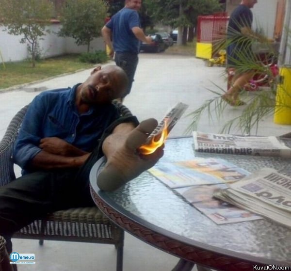 Da foc la ziar si i-l pune intre degete